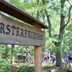 Radtour zum Försterfriedhof